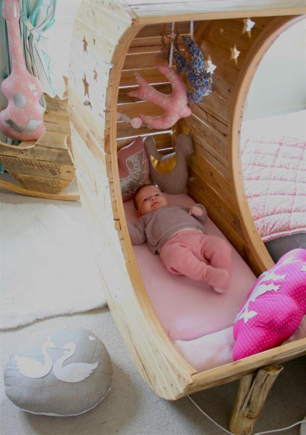 Cozy Baby Crib with Moon Shape 2